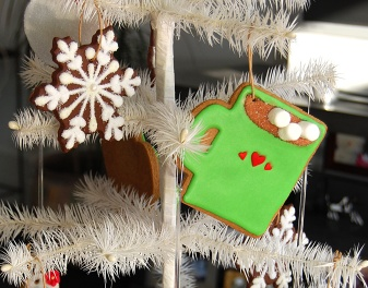 Use Dani's Party Tip & make cookie ornaments that double as party favors